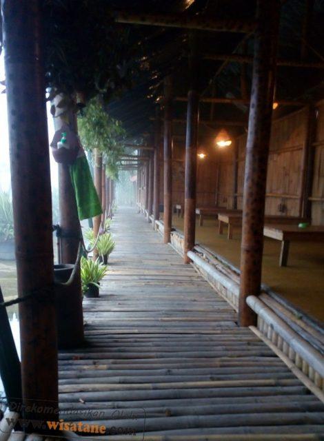 warung lesehan bale bambu